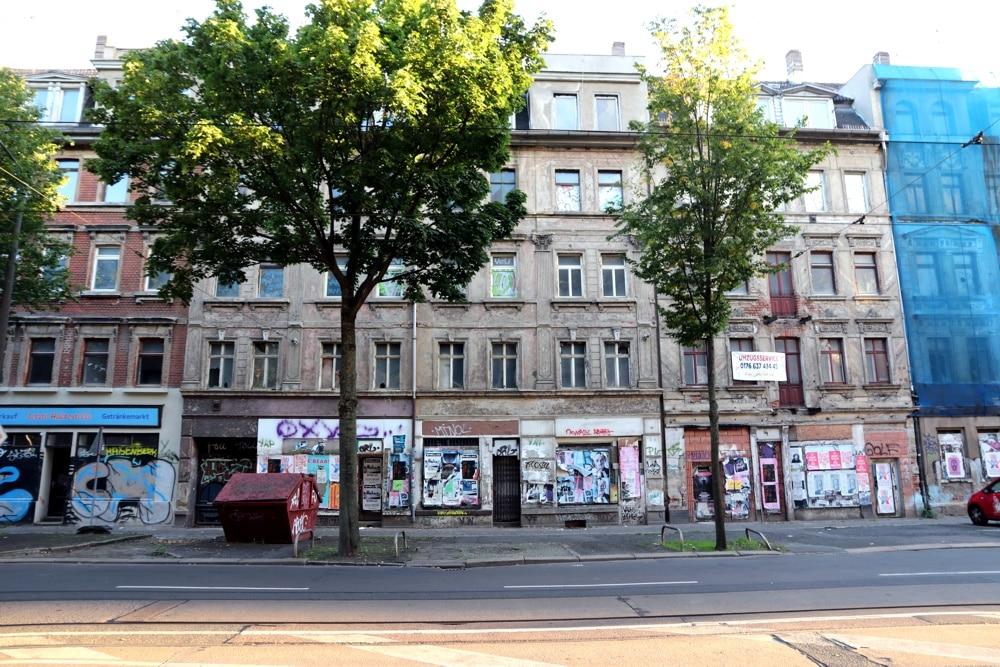 Eisenbahnstraße 148 und zwei Nachbarhäuser im gleichen Zustand. Foto: L-IZ.de