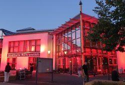 """Breits bei Aktion der Eventbranche """"Night of Light"""" tauchte die Stadthalle in rotes Licht ein. Quelle: Stadt Markranstädt"""
