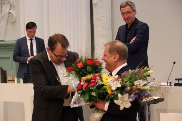 Sören Pellmann (Linke) gratuliert Thomas Fabian (SPD) zur erneuten Wahl. Foto: L-IZ.de