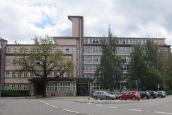 In diesem Gebäude sitzt die sächsische Landesdirektion in Chemnitz. Foto: dwt, Wikimedia