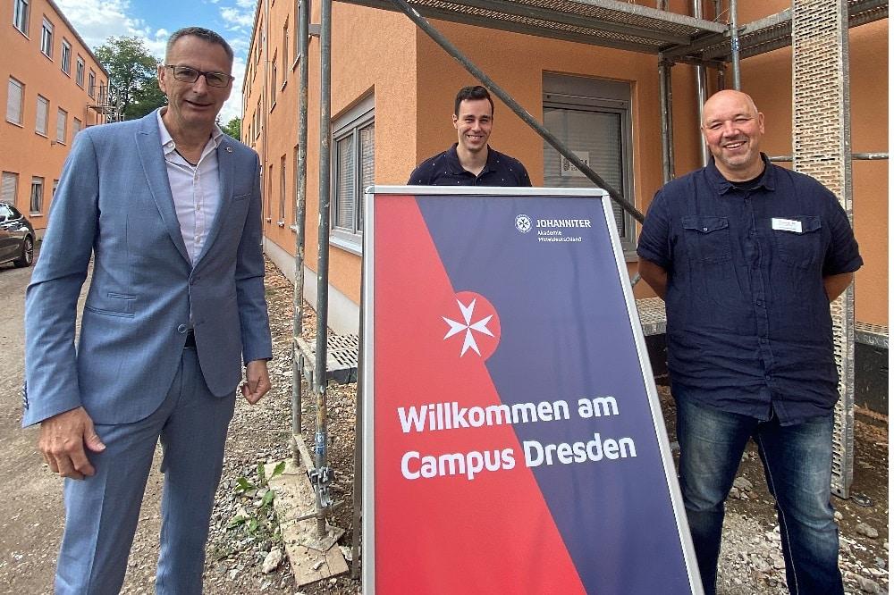 Johanniter-Landesvorstandsmitglied Dietmar Link, Neu-Azubi Christian Eckhardt und Campusleiter Wolfgang Herold freuen sich über den neuen Standort. Foto: Lars Menzel