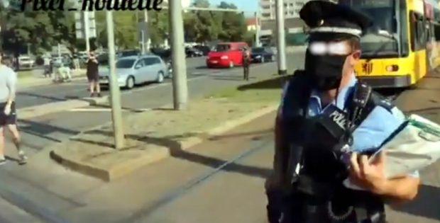 Ein Beamter in Dresden greift zur Pistole. Fotoscreen des Videos von @Pixel_Roulette (Twitter)