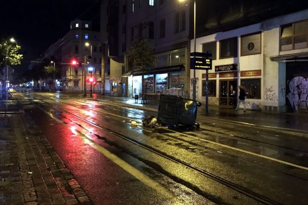 Auf dem Heimweg - kurz vor 1 Uhr auf der Eisenbahnstraße eine einsame Mülltonne. Foto: L-IZ.de