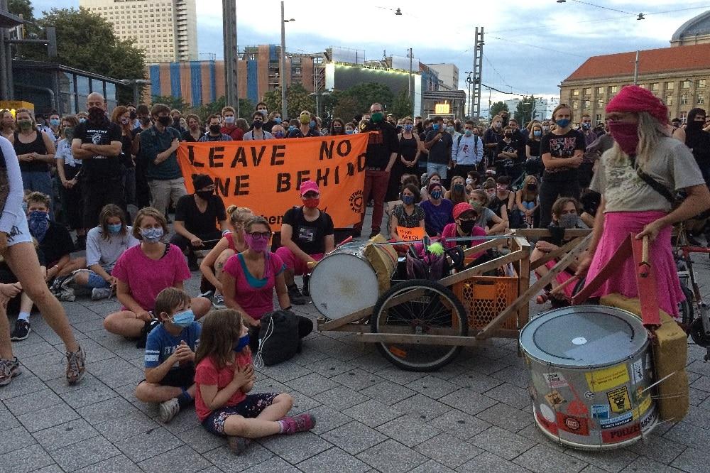 Kurz vor Beginn der Demo war der Willy-Brandt-Platz schon gut gefüllt. Foto: L-IZ.de