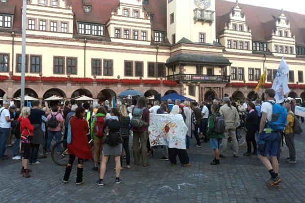 Letzte Rudelbildung auf dem Markt: Nils hat noch was zu erzählen. Foto: L-IZ.de
