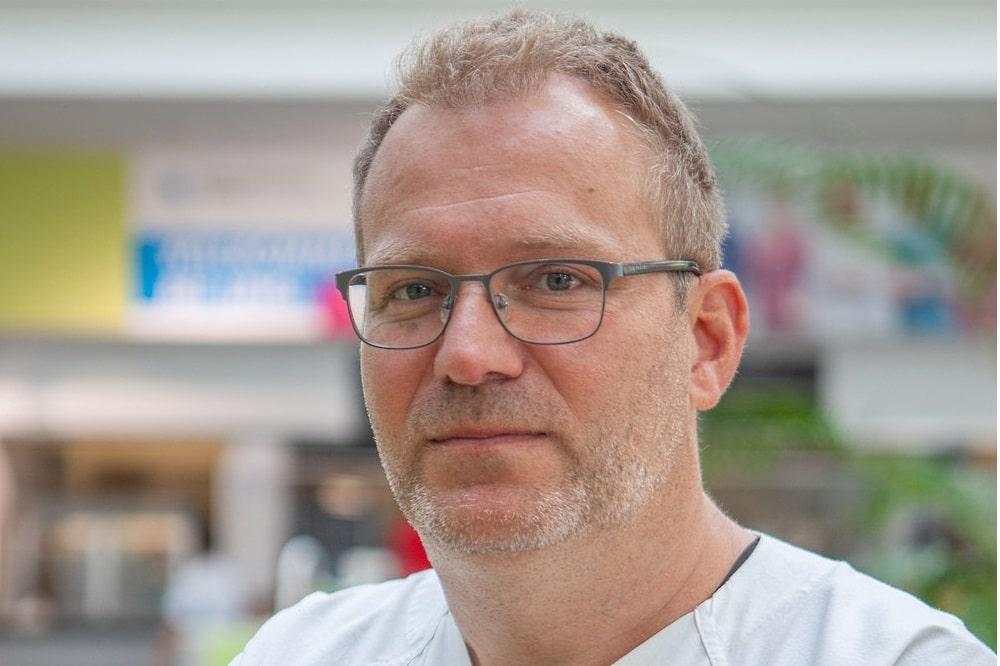 Privatdozent Dr. Heiko Billing wechselte vom Uniklinikum Tübingen ans UKL. Hier möchte er den Spezialbereich Kindernephrologie weiter ausbauen. Foto: Hagen Deichsel / UKL
