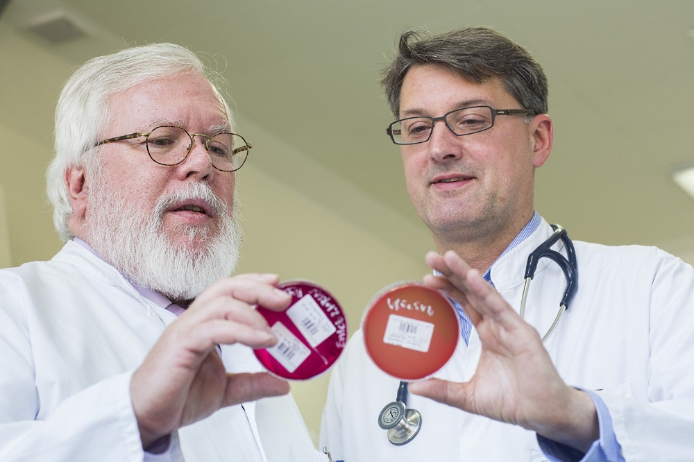 Das Miteinander von Mikrobiologen und Klinikern war ihm stets wichtig: Prof. Rodloff (li.) mit seinem Kollegen Prof. Christoph Lübbert, Leiter des Bereichs Infektiologie am UKL. Foto: Stefan Straube / UKL