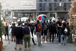 Gegenprotest von rund 20 Menschen am Brühl. Foto: L-IZ.de
