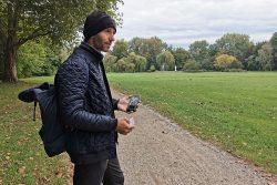 Rasenkünstler Ralf Witthaus bei der Vorbesichtigung im Delitzscher Stadtpark. Foto: Nadine Fuchs