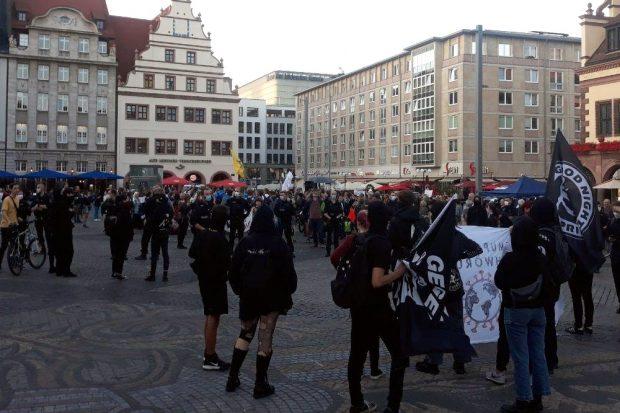 Schlussbild mit Fahne auf dem Leipziger Marktplatz. Foto: L-IZ.de