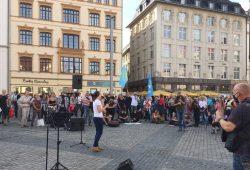 """Wo man singt, da lass Dich nieder - """"ganz Mitteldeutschland"""" sind heute 200 Teilnehmerinnen bei Querdenken. Foto: L-IZ.de"""