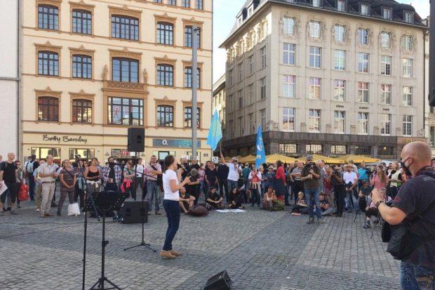 Wo man singt, da lass Dich nieder - ganz Mitteldeutschland sind heute 200 Teilnehmerinnen bei Querdenken. Foto: L-IZ.de