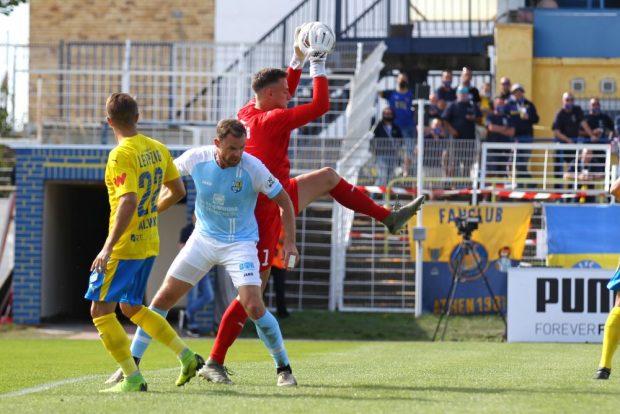Lok-Keeper Jannes Tasche pflückt den Ball herunter. Foto: Jan Kaefer