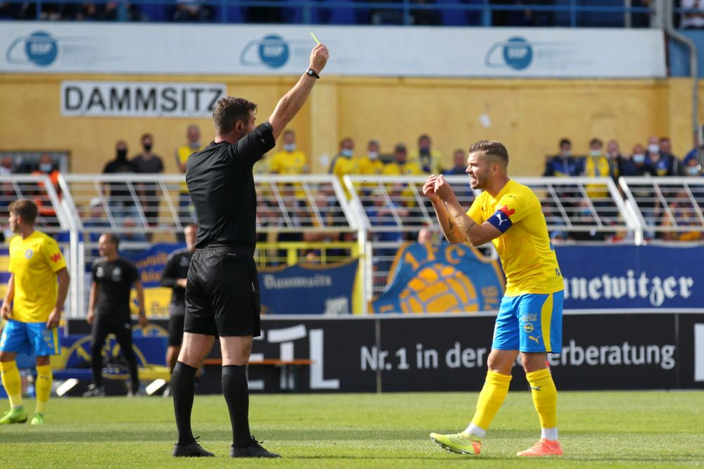 Schiedsrichter Rasmus Jessen zeigt Lok-Kapitän Paul Schinke die Gelbe Karte. Foto: Jan Kaefer