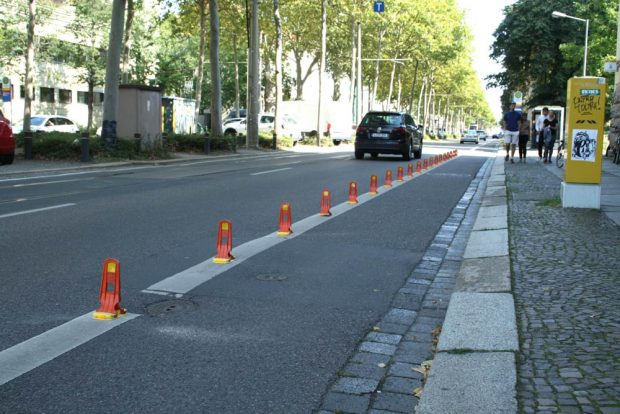 Abgepollerter Radweg vor der Post in der Richard-Lehmann-Straße. Foto: Ralf Julke