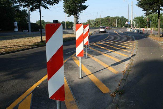 Leitbaken vorm temporären Radweg über die Zeppelinbrücke. Foto: Ralf Julke