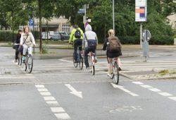 Radfahrer/-innen am Johannisplatz. Foto: Ralf Julke