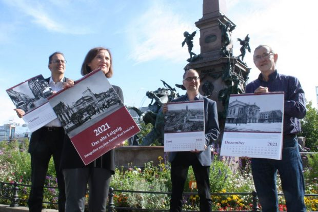 Kalenderpräsentation am Mendebrunnen: Volker Bremer, Marit Schulz, Anselm Hartinger und Christoph Kaufmann. Foto: Ralf Julke