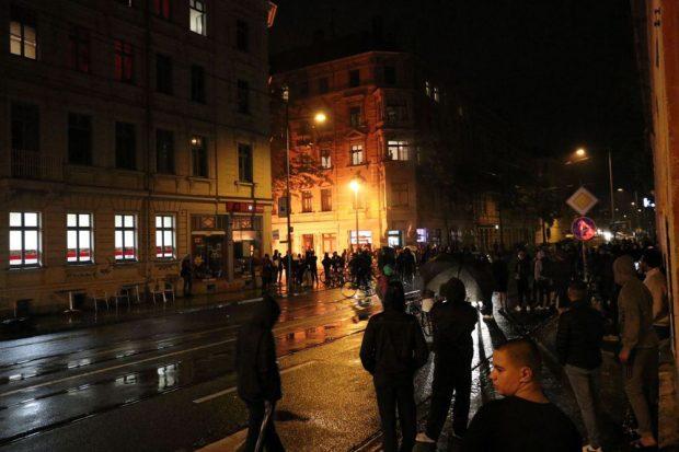 An der Ludwigstraße kurz nach dem Entzünden der Barrikade. Foto: L-IZ.de