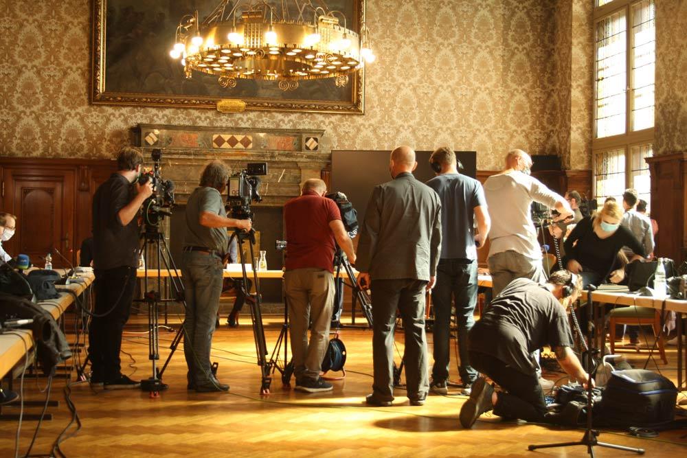 Seltener Anblick: Geballte Medienpräsenz im Leipziger Rathaus. Foto: Ralf Julke