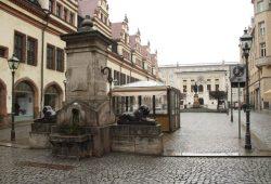 """Auf dem Naschmarkt wird das Uwe-Johnson-Festival """"Eine Reise weghohin"""" am 29. September eröffnet. Foto: Ralf Julke"""
