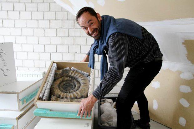 Dr. Ronny Maik Leder freut sich über das riesige Gehäuse eines Ammoniten der Gattung Arietites aus dem Jura. Foto: Naturkundemuseum Leipzig