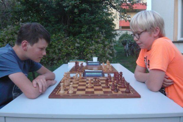 Volle Konzentration auch im Training: Luca Englert (links) und Florian Schön vom VfB Schach Leipzig. Foto: Frank Willberg