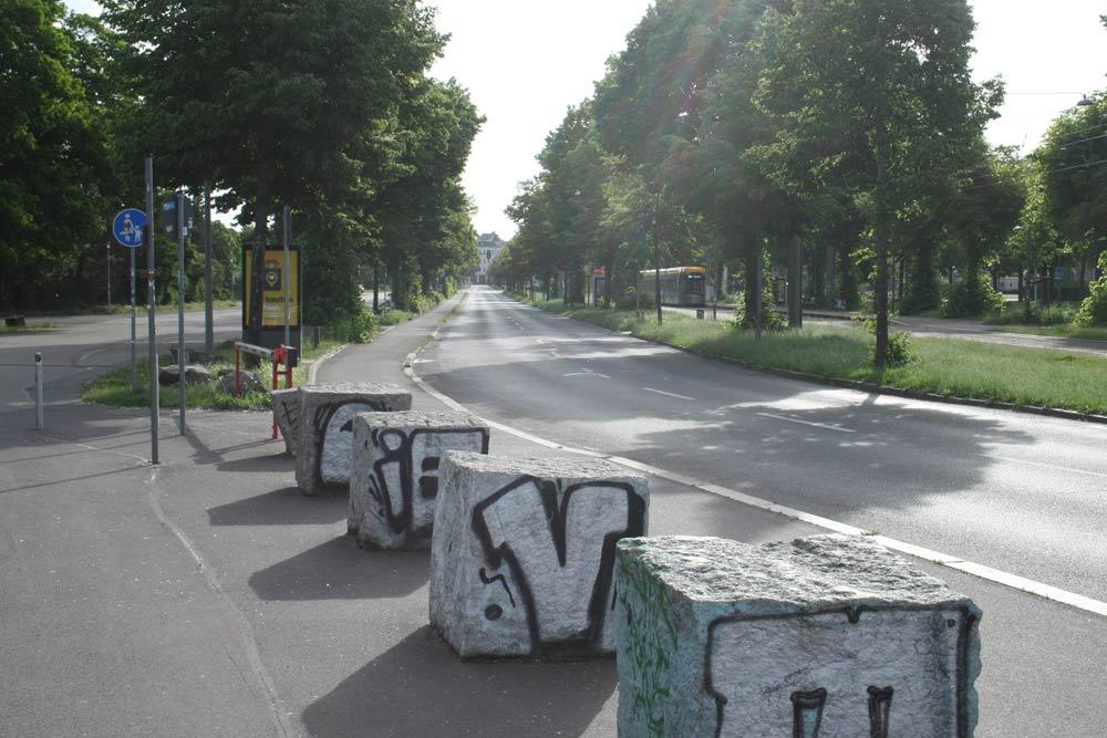Große Steinwürfel und eine Schranke verhindern das Auffahren auf den Radweg. Foto: Ralf Julke