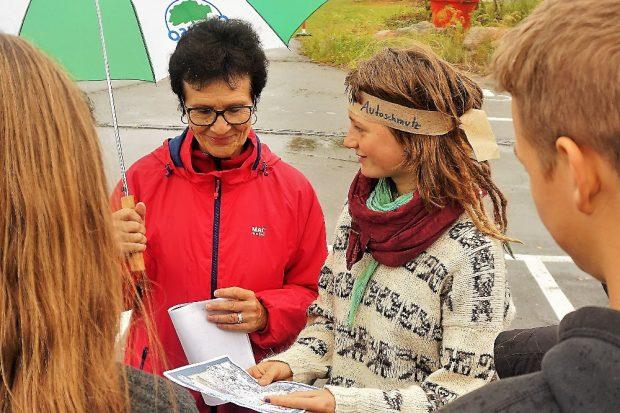 Kinder und Jugendliche überraschen Großpösnas Bürgermeisterin Frau Dr. Lantzsch bei der Begehung der Magdeborner Halbinsel im Rahmen einer Erwachsenen-Zukunftswerkstatt und übergeben Ergebnisse ihres Kinderbeteiligungsprojektes. Quelle: UferLeben e.V.