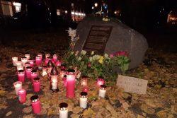 Am 2013 auf Initiative von NGOs errichteten Gedenkstein an Kamal K. wurden Blumen und Kerzen aufgestellt. Luise Mosig