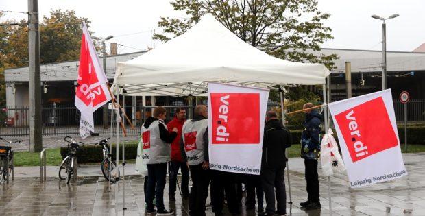 Am Streikposten am Bahnhof Angerbrücke und ein Interview mit Stefan Hilbig (Verdi) und Beate Heinz (LVB-Betriebsrätin) zu den Forderungen. Foto: L-IZ.de