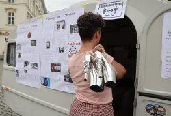 Aufklärung per Wohnmobil: Sexarbeiterin Tamara Solidor informierte bei der ersten sogenannten Love-Mobil-Aktion der Aidshilfe Leipzig über ihren Beruf. Foto: Luise Mosig