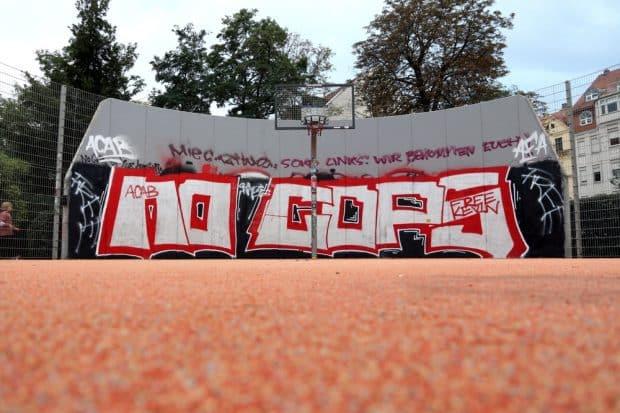 """No Cops"" und ""ACAB""-Graffiti am Streetballplatz Connewitzer Kreuz. Foto: L-IZ.de"