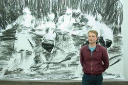 Der rumänisch-ungarische Maler Sebastian Hosu in seiner Einzelausstellung in der Josef-Filipp-Galerie in Leipzig im Sommer 2020. © Daniel Thalheim