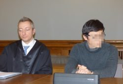 Hofft weiter auf eine mildere Strafe: Dovchin D. (heute 41, rechts), hier im Januar 2019 neben seinem Anwalt Dr. Stefan Wirth beim ersten Prozess nach der Revision. Foto: Lucas Böhme