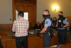 Edris Z. schirmt sich im Gerichtssaal gegen das öffentliche Interesse ab. Foto: Lucas Böhme