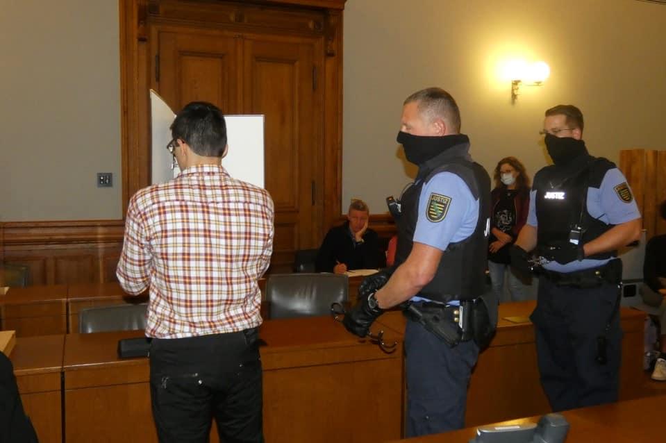 7. Oktober 2020: Edris Z. schirmt sich im Gerichtssaal gegen das öffentliche Interesse ab. Foto: Lucas Böhme