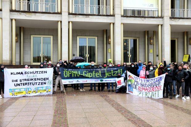Eine Solikundgebung von Fridays for Future für die Streikenden unter Beteiligung von Sören Pellmann (MdB) und Franziska Riekewald (Stadträtin, beide Linke) auf dem Augustusplatz. Foto: L-IZ.de