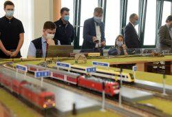 Landrat Kai Emanuel steuert einen Zug von Delitzsch nach Halle, nachdem die Auszubildende Saskia Wagenhaus (rechts daneben) die Strecke freigegeben hat. Foto: LRA/Bley