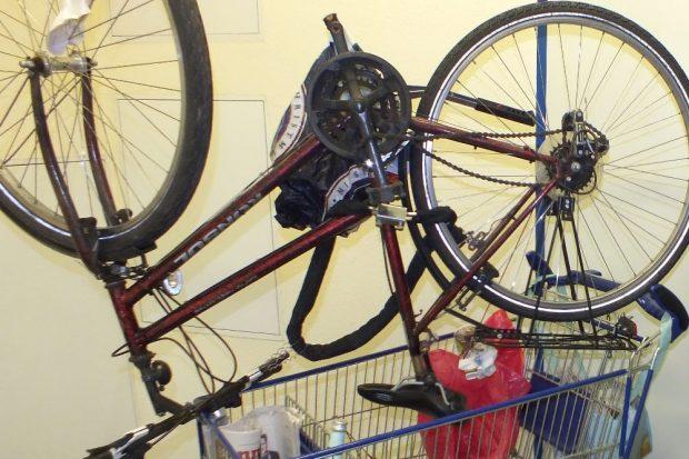 Fahrrad auf Einkaufswagen. Bild: Bundespolizei Leipzig