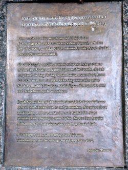 Die Inschrift auf dem Gedenkstein gegenüber dem Hauptbahnhof von Mutter Kilade. Foto: Michael Freitag