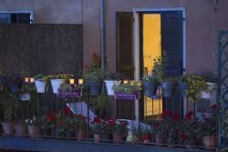 Lichtfest Leipzig - Kerzen auf dem Balkon. Foto: PUNCTUM/Stefan Hoyer