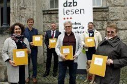Lions Club und dzb lesen präsentieren Mendelssohn Chorwerk in Braille. vlnr: Christine Tamm, Gregor Nowak, Dierk-Andreas Jaskowski, Prof. Dr. Thomas Kahlisch, Friedbert Striewe, Dr. Marianne Risch-Stolz (Leipzig Oktober 2020). Quelle: dzb lesen