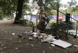 Angesammelter Müll nach einem Wochenende im Clarapark. Foto: Privat