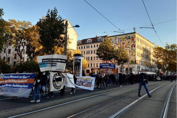 Rund 1.000 Menschen demonstrierten am Samstag, den 24. Oktober 2020, gegen Rassismus und gedachten den Todesopfern rechter Gewalt in Leipzig und ganz Deutschland. Foto: Luise Mosig