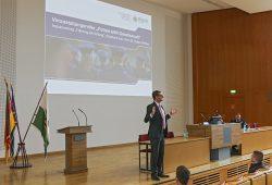 Staatsminister des Innern Prof. Dr. Roland Wöller während eines Vortrages auf dem Podium der Aula am Campus Bautzen der Hochschule der Sächsischen Polizei (FH). © Polizei Sachsen/PolFH