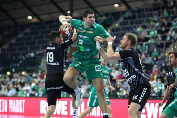 Marko Mamic gegen zwei Ludwigshafener. Foto: Jan Kaefer