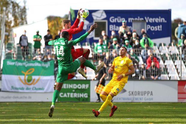 BFV-Keeper Lukas Kycek fängt den Ball vor Stephane Mvibudulu. Foto: Jan Kaefer