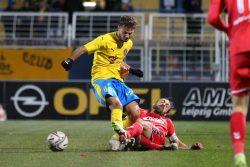 Farid Abderrahmane wird von ZFC-Kapitän Tobias Becker attackiert. Foto: Jan Kaefer