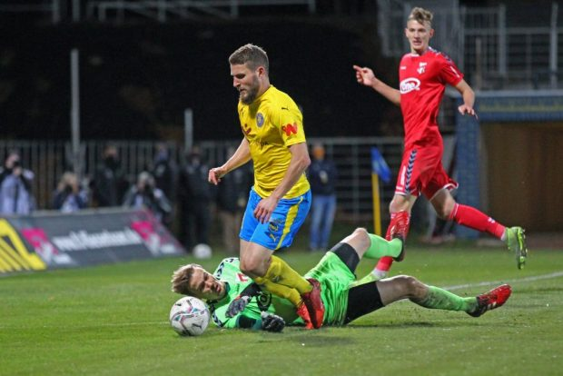 ZFC-Keeper Fabian Guderitz foult Tom Nattermann und hält den anschließenden Elfmeter. Foto: Jan Kaefer
